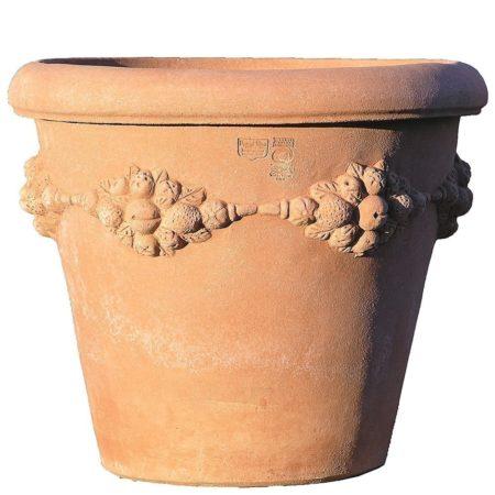 Vaso camelia con frutta. Vaso per piante. La forma e il design del vaso lo rendono particolarmente bello ed elegante, aiuta a impreziosire l'arredo e contemporaneamente è adatto per essere piantato. I decori a rilievo sono realizzati nelle giuste proporzioni dell'articolo, impreziosiscono l'aspetto estetico generale del vaso e lo rendono adatto in ambienti e arredi classici o storici. Realizzato in svariate dimensioni con aumento proporzionale tra le varie dimensioni.