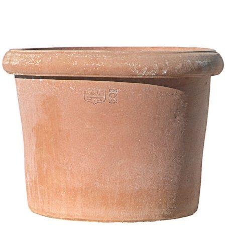 Vaso a bugnolo liscio. Vaso per piante. La forma cilindrica del vaso lo rende esteticamente armonioso, con la caratteristica di avere la massima quantità di terriccio rispetto al volume generale e particolarmente stabile al vento. Realizzato in svariate dimensioni con aumento proporzionale tra le varie dimensioni. Realizzato a mano da maestri artigiani con argilla di Impruneta, resistente al gelo.