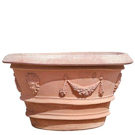 Vaso Porcinai festonato. Vaso per piante. La forma e il design del vaso lo rendono particolarmente bello ed elegante, aiuta a impreziosire l'arredo e contemporaneamente è adatto per essere piantato. I decori a rilievo sono realizzati nelle giuste proporzioni dell'articolo, impreziosiscono l'aspetto estetico generale del vaso e lo rendono adatto in ambienti e arredi classici o storici. Realizzato a mano da maestri artigiani con argilla di Impruneta, resistente al gelo.