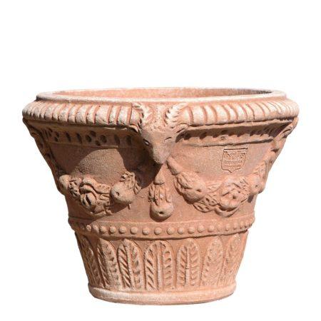 Vaso con stemma e capre. Vaso per piante. La forma e il design del vaso lo rendono particolarmente bello ed elegante, aiuta a impreziosire l'arredo e contemporaneamente è adatto per essere piantato. Realizzato a mano da maestri artigiani con argilla di Impruneta, resistente al gelo.