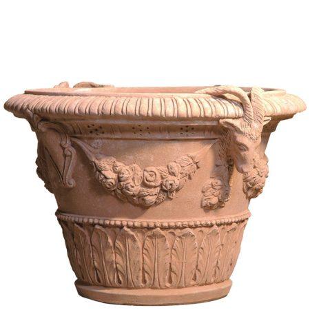 Vaso con stemma e capre. La forma e il design del vaso lo rendono particolarmente bello ed elegante, aiuta a impreziosire l'arredo e contemporaneamente è adatto per essere piantato. Realizzato a mano da maestri artigiani con argilla di Impruneta, resistente al gelo.
