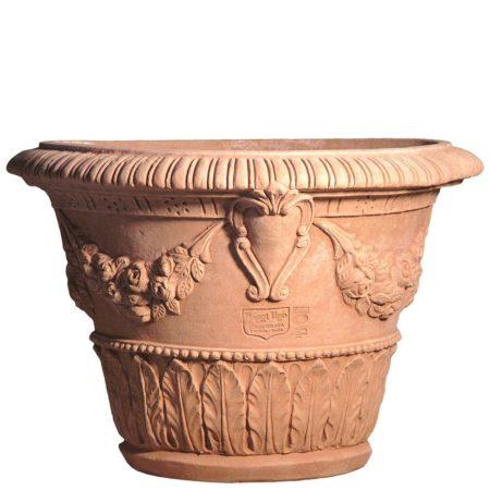 Vaso con stemma. La forma e il design del vaso lo rendono particolarmente bello ed elegante, aiuta a impreziosire l'arredo e contemporaneamente è adatto per essere piantato. Realizzato a mano da maestri artigiani con argilla di Impruneta, resistente al gelo.