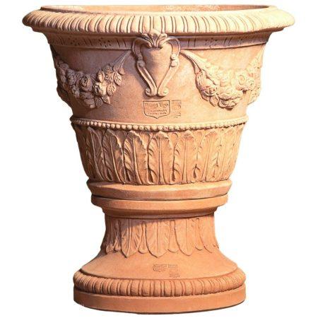 Vaso con stemma e Base con foglie. La forma e il design del vaso lo rendono particolarmente bello ed elegante, aiuta a impreziosire l'arredo e contemporaneamente è adatto per essere piantato. Realizzato a mano da maestri artigiani con argilla di Impruneta, resistente al gelo.