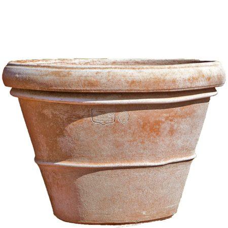 """Vaso liscio. L'emblematico e univoco vaso imprunetino. Il vaso liscio, inconfondibile troncoconico con un bordo ben tornito nella parte alta, la bocca, e un filino in rilievo detto """"bigherino"""" quasi a metà della scocca. Proporzioni inequivocabili del tipico, unico, vaso liscio. La forma tronco conica di proporzioni auree, rende il vaso semplice ma armonioso e facilita la svasatura della pianta a ogni travaso."""
