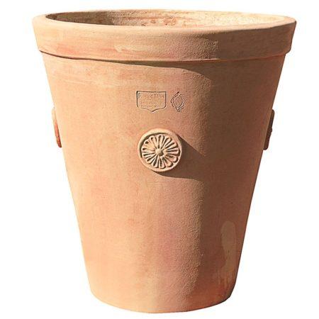 """Vaso con bordo a fascia. Equilibrato e funzionale connubio fra classico e moderno il cono con bordo a fascia e quattro rosoni è realizzato a mano con argilla ingeliva di Impruneta. Lo si può richiedere anche nella più contemporanea veste """"grigiolava"""". La forma tronco conica di proporzioni auree, rende il vaso semplice ma armonioso e facilita la svasatura della pianta a ogni travaso. Ideale per piante rampicanti per il suo sviluppo verticale."""