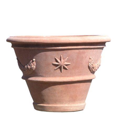 Vaso Aldobrandini. Vaso per piante con decori a rilievo. La forma e il design del vaso lo rendono particolarmente bello ed elegante, aiuta a impreziosire l'arredo e contemporaneamente è adatto per essere piantato. I decori a rilievo sono realizzati nelle giuste proporzioni dell'articolo, impreziosiscono l'aspetto estetico generale del vaso e lo rendono adatto in ambienti e arredi classici o storici.