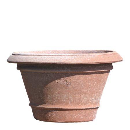 Vaso basso liscio, vaso per piante. La forma tronco conica di proporzioni studiate, rende il vaso di eccellente armonia estetica e inoltre facilita la svasatura della pianta ai travasi. Realizzato a mano da maestri artigiani con argilla di Impruneta, resistente al gelo.
