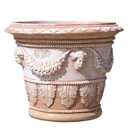 Vaso decorato fondo largo. Vaso per piante. La forma e il design del vaso lo rendono particolarmente bello ed elegante, aiuta a impreziosire l'arredo e contemporaneamente è adatto per essere piantato. Realizzato a mano da maestri artigiani con argilla di Impruneta, resistente al gelo.