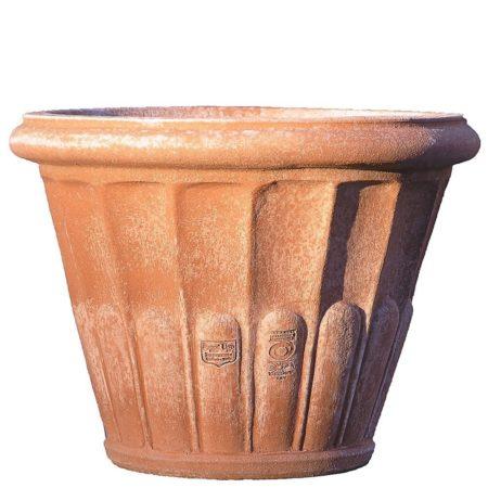 Vaso baccellato. Vaso per piante. Articolo di piccole dimensioni. Realizzato in più dimensioni. Modellazione realizzata in alto rilievo. La forma tronco conica di proporzioni studiate, rende il vaso di eccellente armonia estetica e inoltre facilita la svasatura della pianta ai travasi. Realizzato a mano da maestri artigiani con argilla di Impruneta, resistente al gelo.