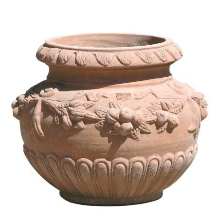 Cache-pot con frutta. Portavaso decorativo e adatto anche per piantare. La forma e il design del vaso lo rendono particolarmente bello ed elegante, aiuta a impreziosire l'arredo. Realizzato a mano da maestri artigiani con argilla di Impruneta, resistente al gelo.