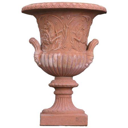 """Alzata medicea. La più classica forma in assoluto per le alzate. Dall'antica Grecia, all'epoca dei romani, al Rinascimento, allo stile Impero, questa forma a coppa è stata realizzata, con o senza bassorilievi, in tutte le epoche e in tutti i materiali quali il marmo, la pietra, l'alabastro e tutti i tipi di fusione, in primis il bronzo. La troviamo anche in cristallo o in vetro come centrotavola è praticamente un """"sempreverde"""". Questa, realizzata a mano dalle Terrecotte Poggi Ugo di Impruneta, ha raffigurate nella parte centrale delle scene mitologiche. Composta da due pezzi forniti separati da unire sul posto con semplice colla o cemento da esterno."""
