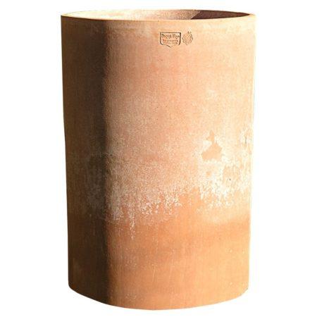 Cilindro alto. Vaso per piante. La forma e il design del vaso lo rendono particolarmente bello ed elegante, aiuta a impreziosire l'arredo e contemporaneamente è adatto per essere piantato. Con il trascorrere delle stagioni acquista un bell'aspetto superficiale.