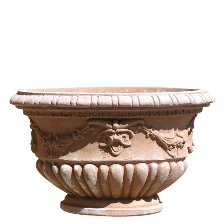 Vaso ovale decorato. Riproduzione di elegante fioriera ovale di epoca cinquecentesca, con baccellature, festoni e grottesche. Realizzato a mano da maestri artigiani con argilla di Impruneta, resistente al gelo.