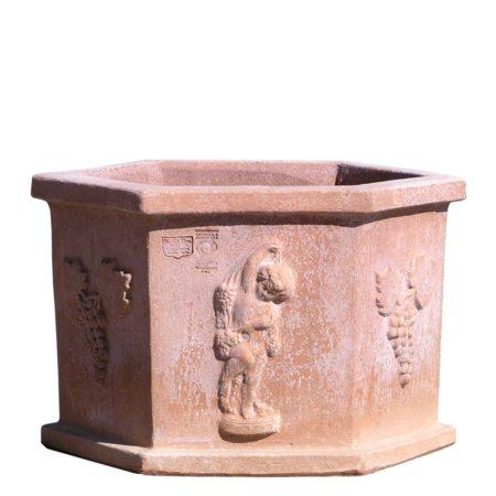 Cassetta esagonale con decori e festoni, a rilievo in stile classico dell'epoca del vaso. Realizzato a mano da maestri artigiani con argilla di Impruneta, resistente al gelo.
