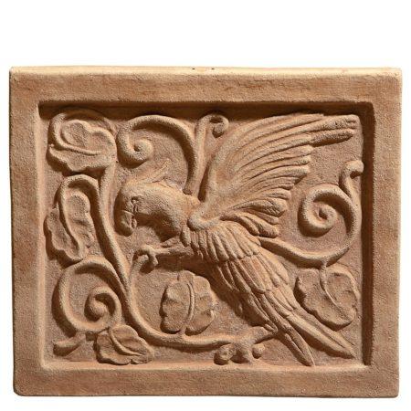 Pannello bizantino con uccello. Pannello decorato con uccello provvisto di fori per appendere. Modellazione realizzata in alto rilievo. Fatto a mano con argilla di Impruneta, resistente al gelo.