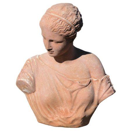 Busto Artemide di Gabi. Statua classica. Realizzato in unica dimensione. Modellazione realizzata in alto rilievo. Realizzato a mano da maestri artigiani con argilla di Impruneta, resistente al gelo.