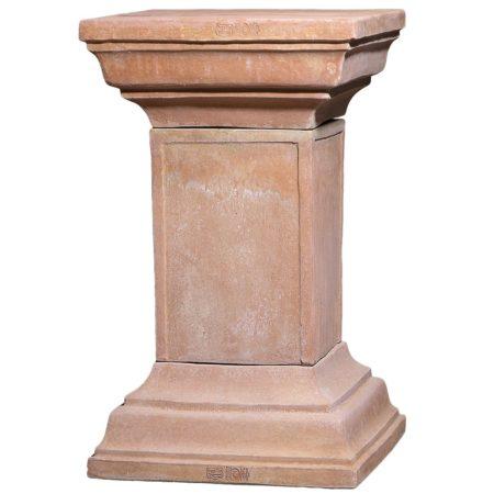 Colonna quadrata con capitelli. Piedistallo, utilizzato per esaltare statue o busti. Modellazione realizzata in alto rilievo. Adatta per impieghi singoli, decorativi e arredi classici. Realizzato a mano da maestri artigiani con argilla di Impruneta, resistente al gelo.