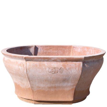 Vaso da pilastri. Elegante vaso di forma ovale, modello esclusivo delle Terrecotte Poggi Ugo. Ampia la sua capacità di terra, misura in bocca cm 72x58, ha un'altezza di 33 cm. E' adatto a essere collocato in alto, su muri o colonne, dove se ne esalta tutta la sua silhouette.
