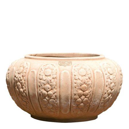 Cache-pot con foglie. Vaso per piante. La forma e il design del vaso lo rendono particolarmente bello ed elegante, aiuta a impreziosire l'arredo e contemporaneamente è adatto per essere piantato. I decori impreziosiscono l'aspetto estetico generale del vaso e lo rendono adatto in ambienti e arredi classici o storici.