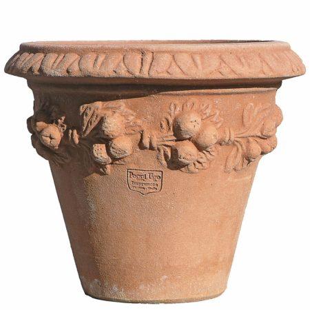 Vasetto con prugne. Vaso per piante. Realizzato in unica dimensione. Articolo di piccole dimensioni. Modellazione realizzata in alto rilievo. La forma cilindrica del vaso lo rende esteticamente armonioso, con la caratteristica di avere la massima quantità di terriccio rispetto al volume generale e particolarmente stabile al vento.