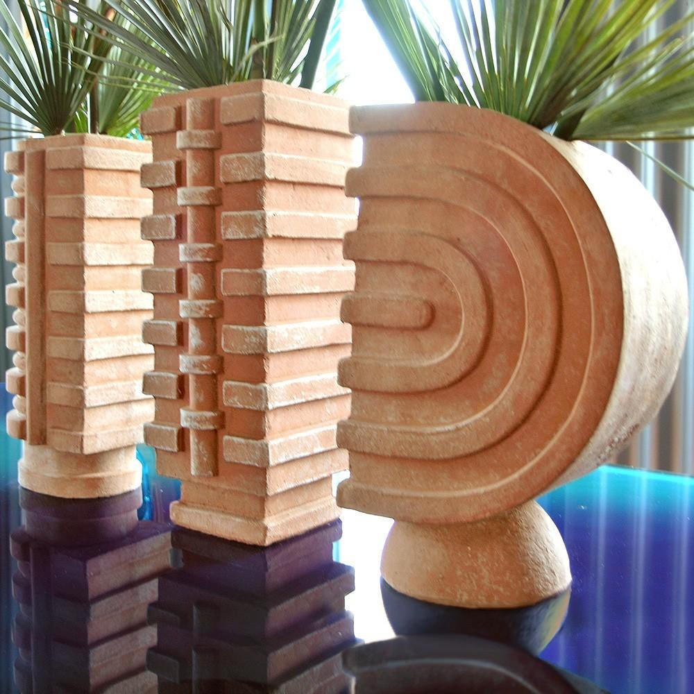 Skyscraper. Miniatura di grattacielo dalla sezione quadrata, la particolarità di questo vaso per fiori, disegnato per i 100 anni delle terrecotte Poggi Ugo da Masquespacio, è la composizione a tre. Il perfetto utilizzo si compie con la composizione dei tre elementi, ognuno con una forte personalità e dal design unico, che si completa con il corrispettivo skyscraper in un definito ed equilibrato positivo e negativo, pieno e vuoto.