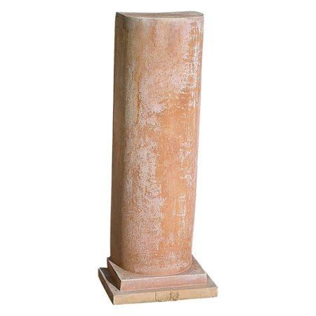 Colonna a parete. Piedistallo, utilizzato per esaltare statue o busti. Modellazione realizzata in alto rilievo. Adatta per impieghi singoli, decorativi e arredi classici. Realizzato a mano da maestri artigiani con argilla di Impruneta, resistente al gelo.