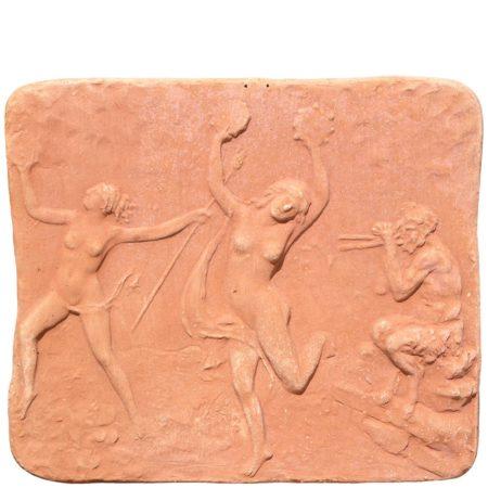 """Pannello decorativo """"la danza"""", provvisto di fori per appendere. Modellazione realizzata in alto rilievo. Fattoa mano da maestri artigiani con argilla di Impruneta, resistente al gelo."""