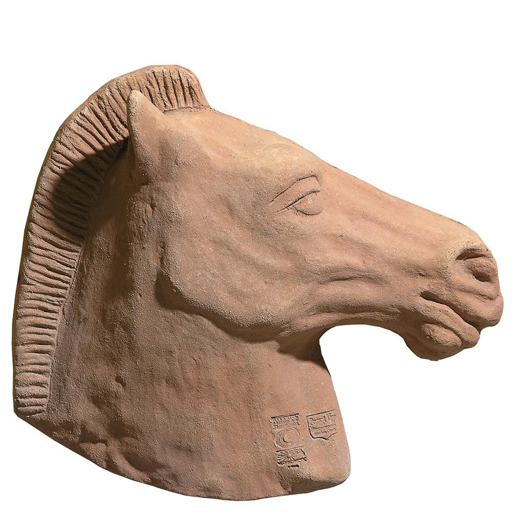 Cavallo, pannello decorativo provvisto di fori per appendere. Modellazione realizzata in alto rilievo. Fatto a mano con argilla di Impruneta, resistente al gelo.