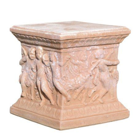 Base quadrata danza robbiana. Rialzo, utilizzato per esaltare vasi e arredi. Realizzato in unica dimensione. Realizzato a mano da maestri artigiani con argilla di Impruneta, resistente al gelo.