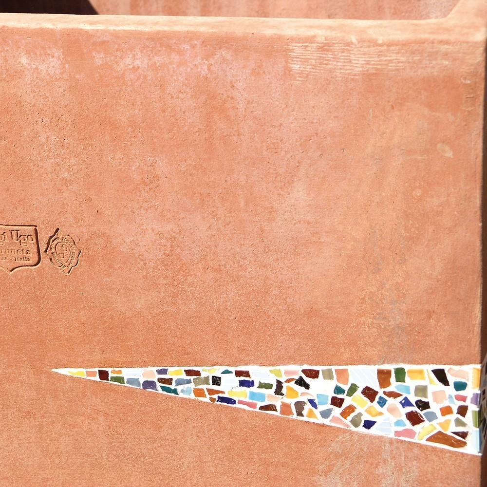 Cubo artistico con mosaico in ceramiche policrome. Grande cubo in terracotta lavorata a mano con inserti di mosaico in ceramica a smalto lucido. Lavorato su tre lati con intarsi di diverso disegno, come in foto. Il taglio delle ceramiche è irregolare ed in contrasto con i tagli volutamente precisi degli intarsi, che risaltano ancor più per lo stucco in bianco.