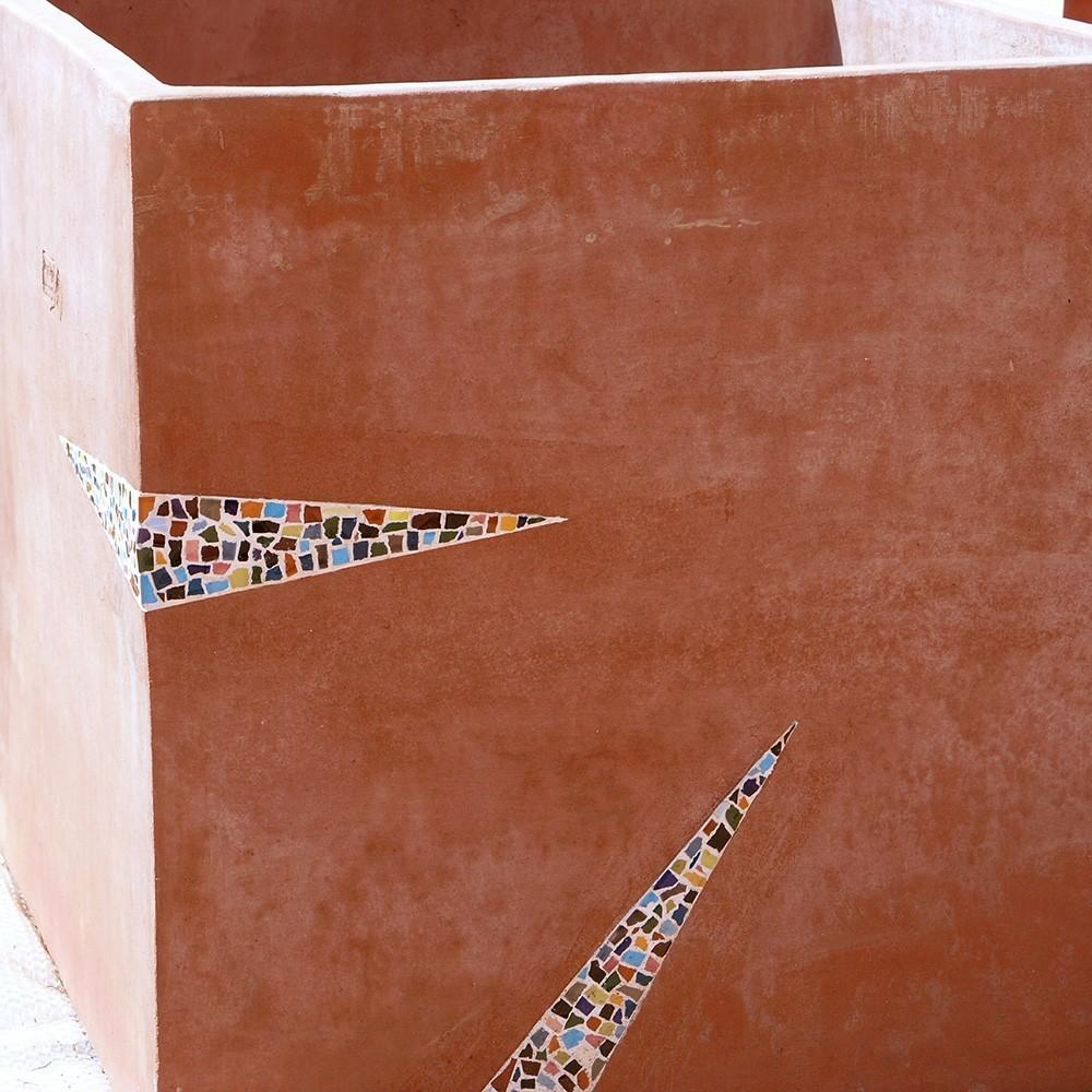 Cubo artistico con mosaico in ceramiche policrome. Cubo in terracotta lavorata a mano con inserti di mosaico in ceramica a smalto lucido. Lavorato su tre lati con intarsi di diverso disegno, come in foto. Il taglio delle ceramiche è irregolare ed in contrasto con i tagli volutamente precisi degli intarsi, che risaltano ancor più per lo stucco in bianco.